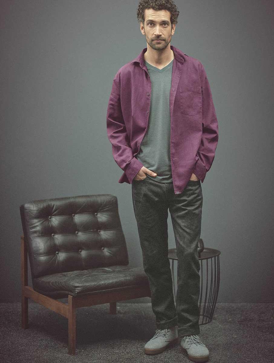 Hombre con camisa ecológica púrpura abierta