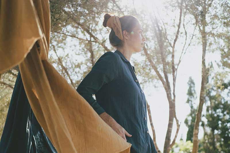 Mujer con camisa azul de algodón orgánico