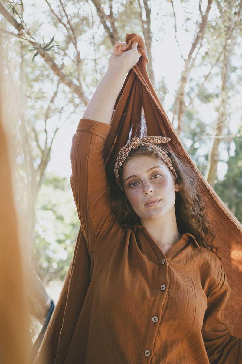 Mujer con camisa ecológica color teja tiralahilacha