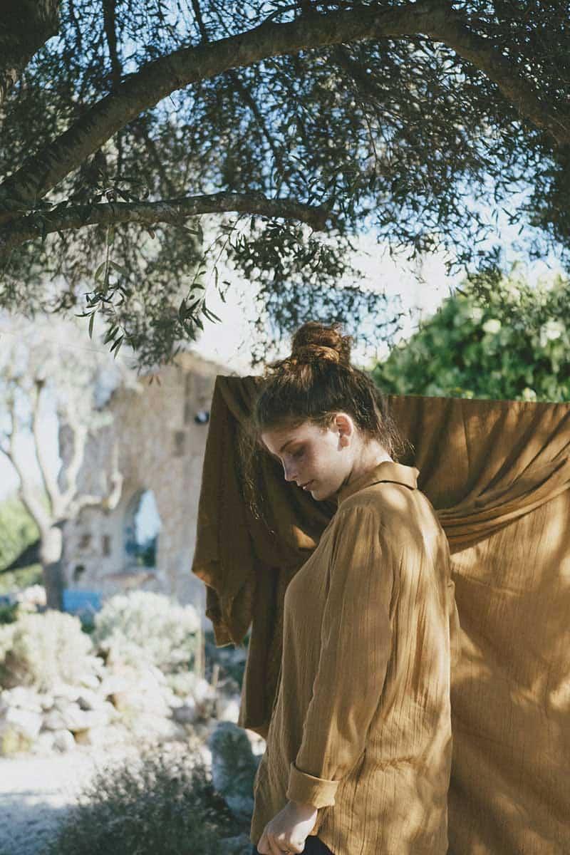 Mujer con camisa ecológica mostaza de manga larga