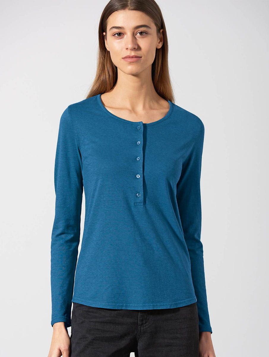 Mujer con camiseta manga larga 100% ecológica