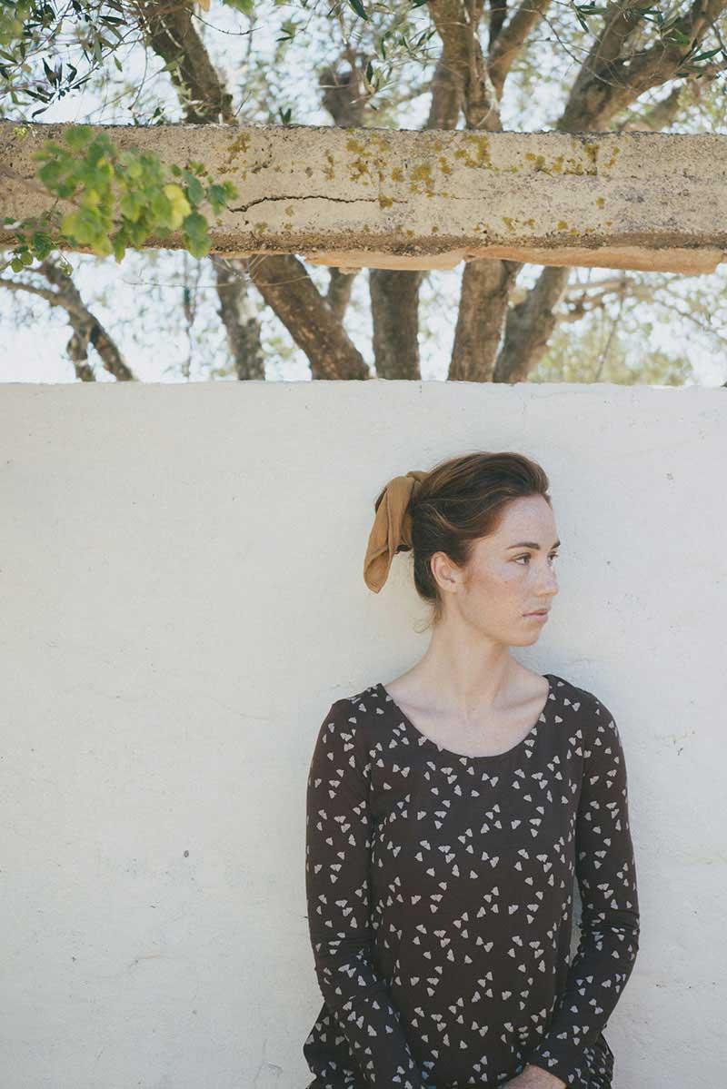 Mujer con camiseta marrón con bellotas algodón orgánico