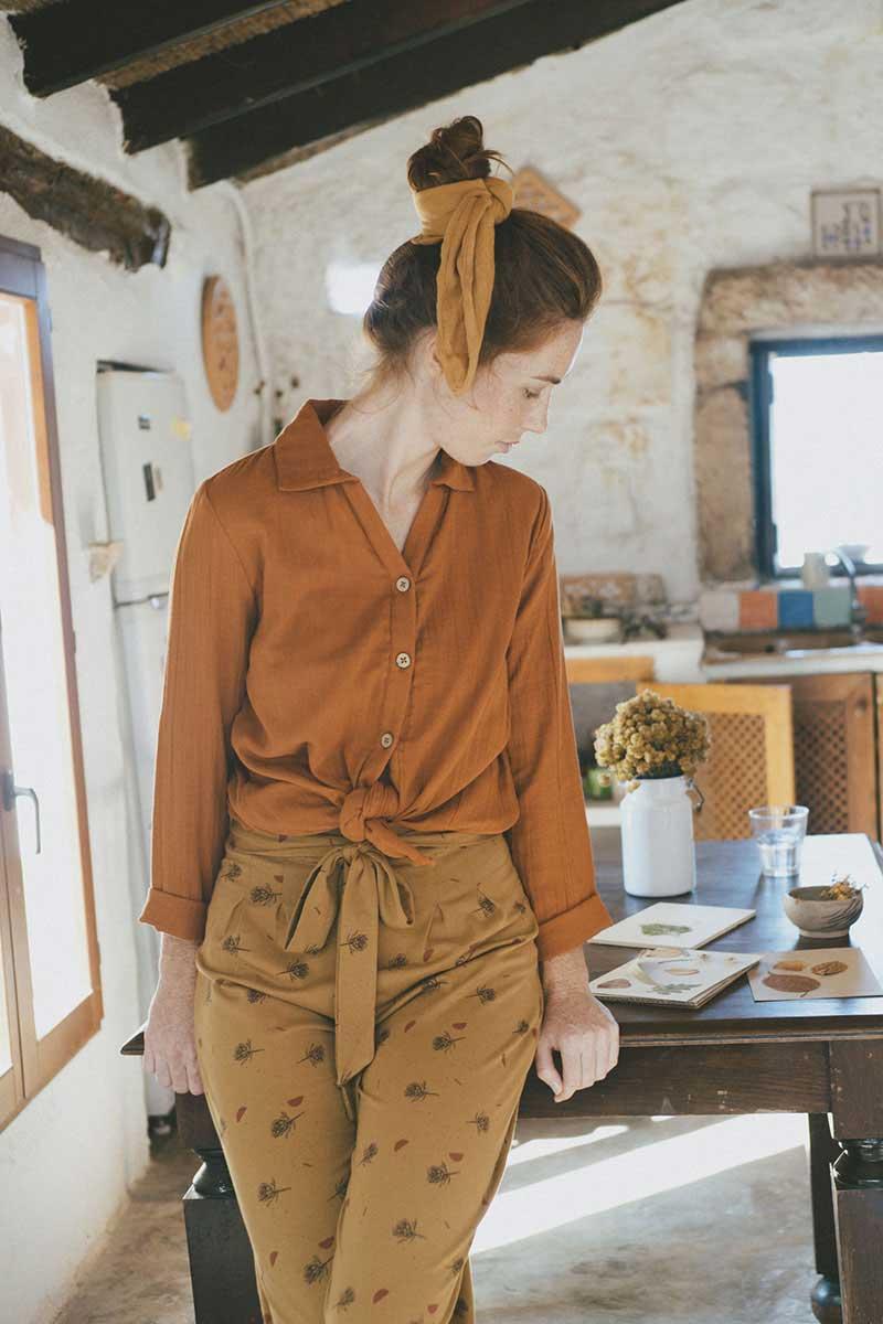 Mujer con pantalón culotte mostaza de algodón orgánico