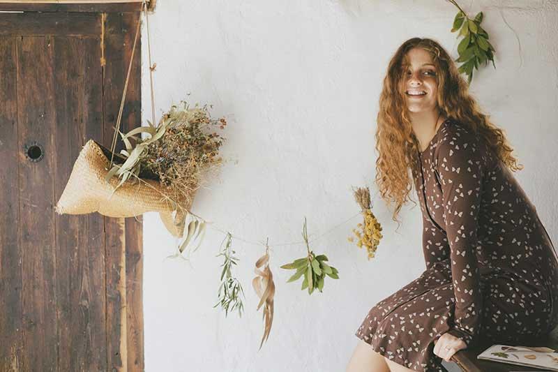 Mujer con vestido ecológico escote redondo marrón