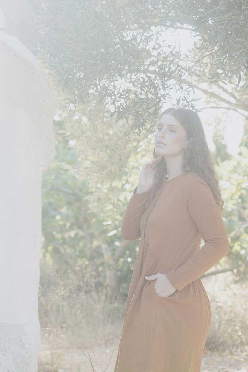 Mujer con vestido manga larga teja tiralahilacha