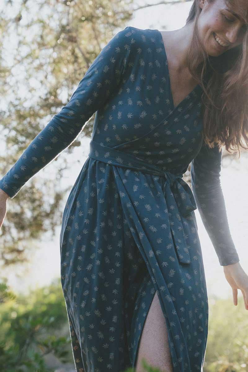 Vestido cruzado azul estampado helechos algodón ecológico