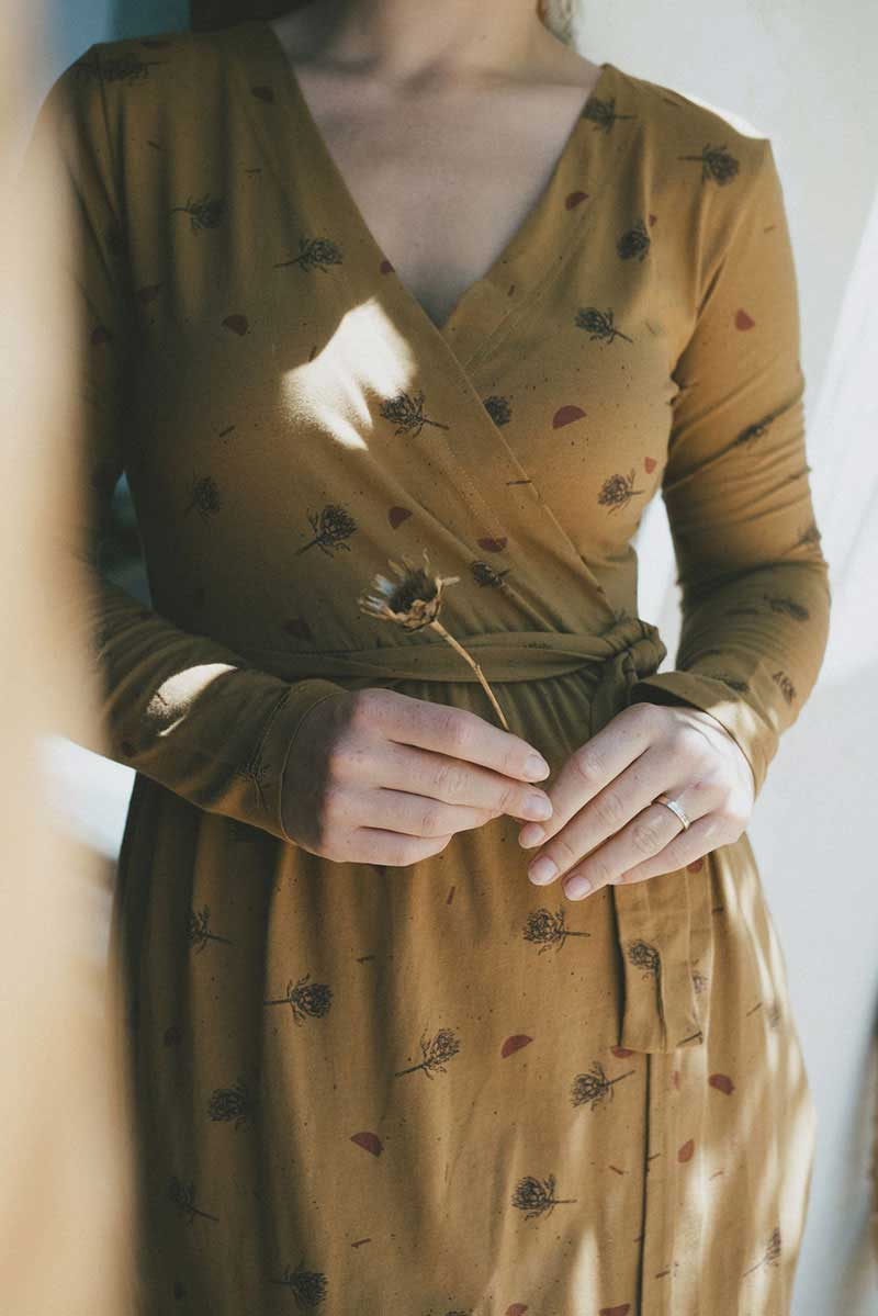 Vestido ecológico mostaza estampado cardo con escote cruzado