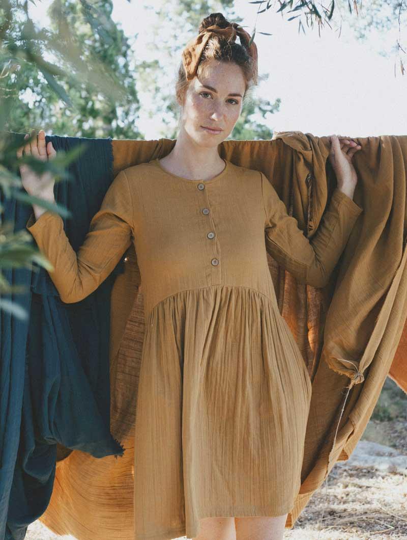 Vestido oversize corto mostaza de algodón orgánico