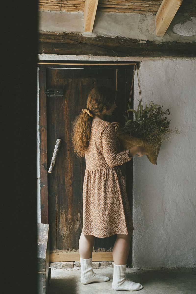 Vista completa vestido ecológico oversize teja con hojas tiralahilacha