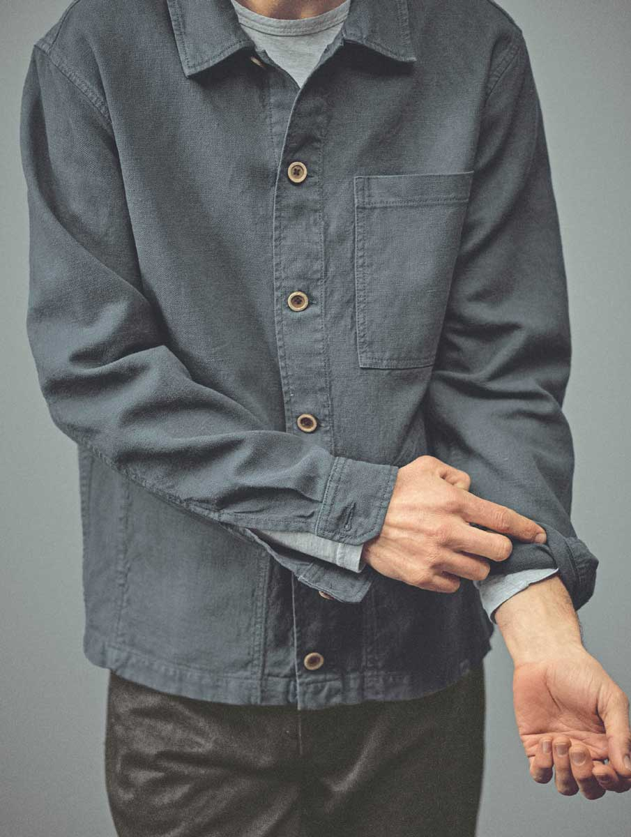 Detalle manga chaqueta de cáñamo ecológica azul