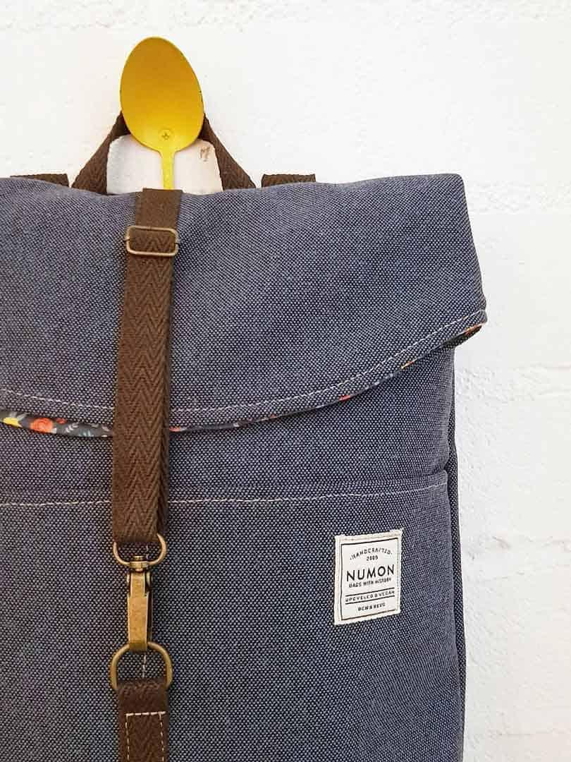 Detalle mochila de tela reciclada azul Numon
