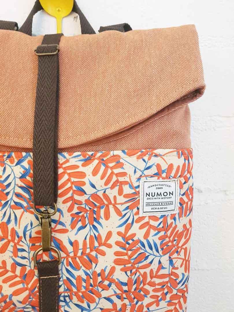 Detalle mochila reciclada teja con hojas de numon