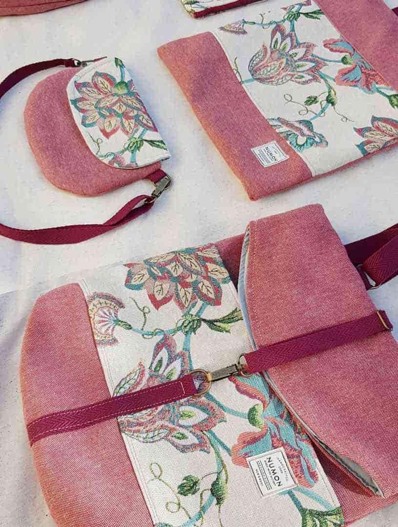 Mochilas y bolsos de tela reciclada rosa con flores