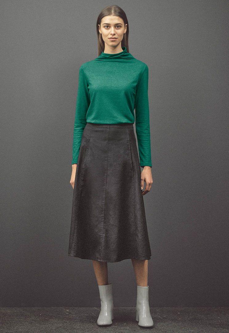 Mujer con falda vaquera de cáñamo y algodón orgánico