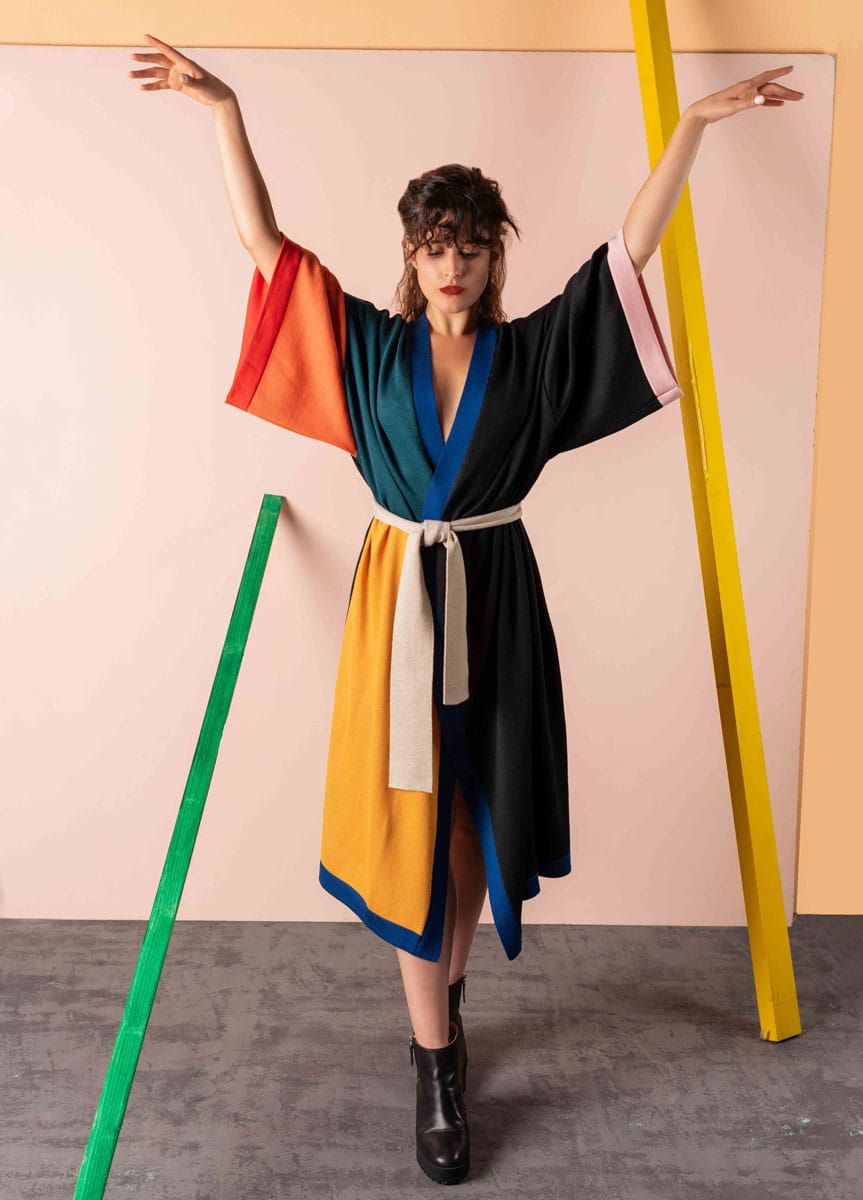 Mujer con kimono de lana color block