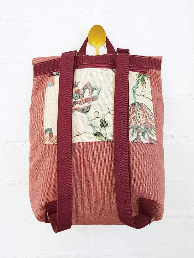 Parte trasera mochila reciclada rosa con flores